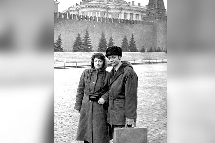 С. Акимов с очередной потерпевшей на Красной площади (г. Москва, 1987 г.)