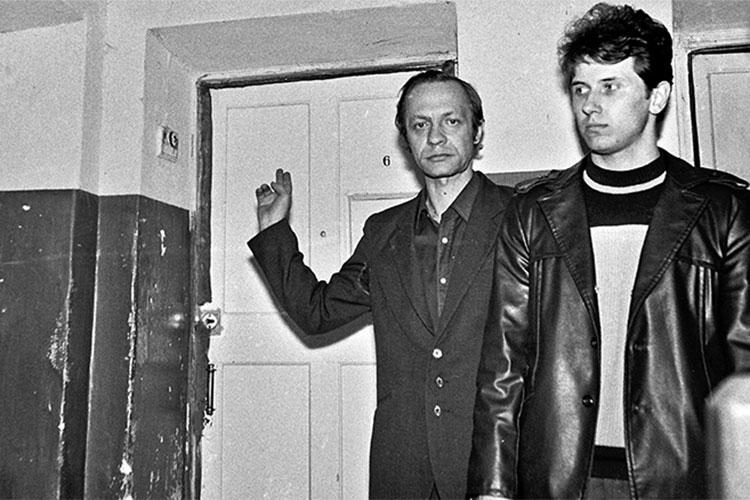 С. Акимов рукой указывает на дверь квартиры ограбленной им женщины (г. Саратов)
