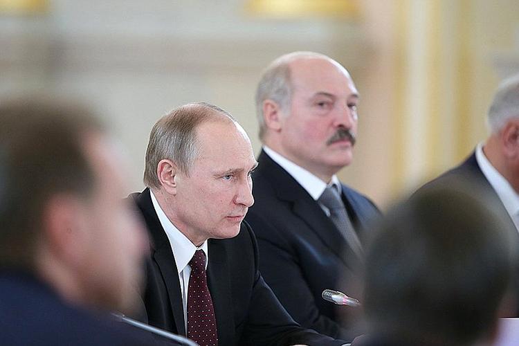 Путин неспешит рассуждать ополитической интеграции, уверив журналистов, что этих вопросов пока необсуждали, нооговорив, что экономический базис— фундамент для того, чтобы двигаться дальше, «втом числе инаполитическом треке»