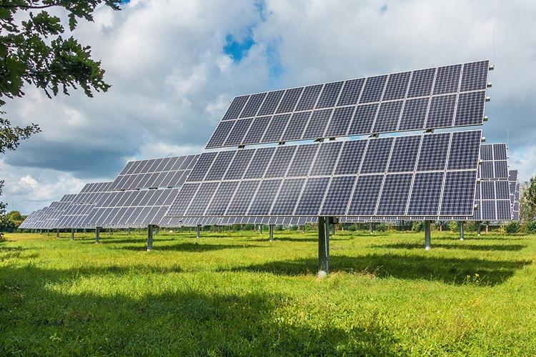 Даже солнечные панели, которые вдесять раз дороже, чем угольная тепловая генерация, эффективнее, чем равнинные гидроэлектростанции
