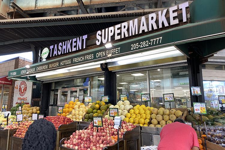 Многочисленные «узбечки», шавермы, мощно раскинувшийся наоживленном перекрестке супермаркет «Ташкент»— все это приметы нового Брайтона