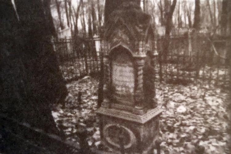 Памятник на могиле Ахмеровых