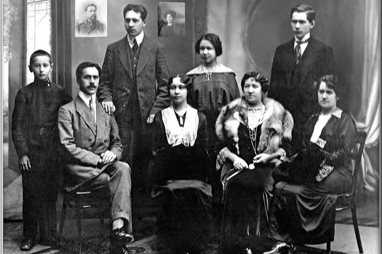Семья Ахмеровых. 1910 год. Хадича - сидит вторая справа