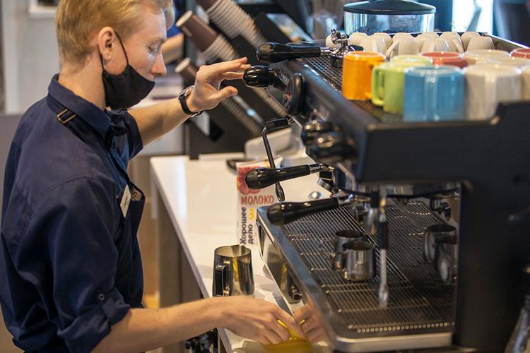 «Унас можно заказать любой напиток надекофеинизированном зерне. Это для тех, кто предпочитает без кофеина, нонеможет отказать себе вчашечке кофе»