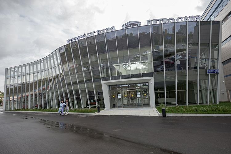 Выставочный комплекс наОренбургском тракте хоть иназывается AkBars Retro Cars, ноизретро здесь только машины