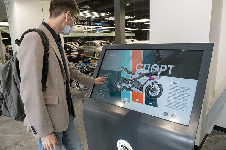 Помимо выставки здесь находится информационное табло— можно узнать мировую историю автоспорта с1900-х годов донастоящего времени