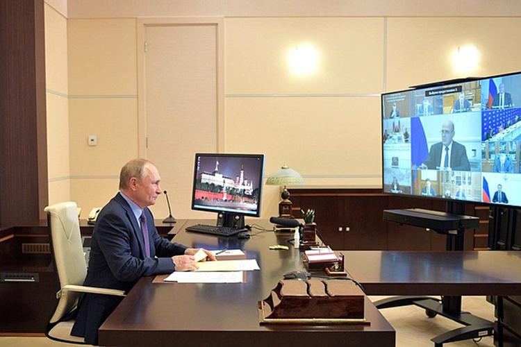 Владимир Путинрешил уйти насамоизоляцию, объяснив, что принял такое решение из-за того, что накануне целый день общался ссотрудником своей администрации, который «поздновато ревакцинировался» изаболел ковидом