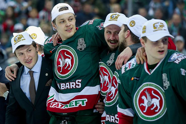 Пока что совершенно неоправдывает статусНикита Лямкин (второй слева). Летом сним продлили контракт иподняли зарплату до40млн рублей
