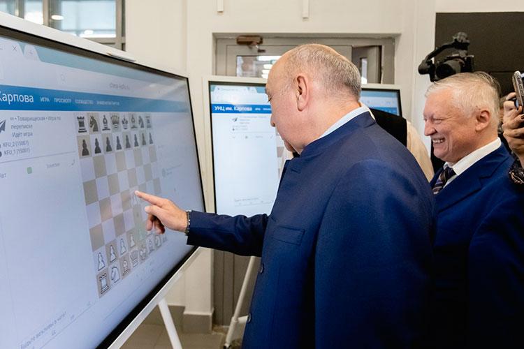 Вместо символического перерезания ленточки Гафуров с Карповым сделали первые ходы на расположенных здесь же интерактивных досках. Ректор пошел пешкой на е4