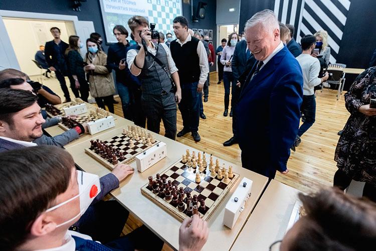 Шахматисты клуба ожидали Карпова, сидя зашахматными досками, нонасеанс одновременной игры время было непредусмотрено. Тем неменее, московский гость сделал первые ходы, предварительно пожав руку каждому шахматисту