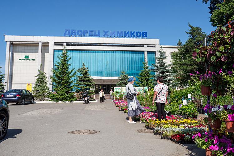 «Многим казанцам известна история складбищем Кизического монастыря, наместе которого был построен ДКхимиков иразбит парк. Так поступали нетолько вКазани, апрактически повсеместно»