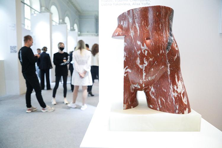 Посетителей ждут 40 стендов, отличающихся посвоему весу вмире современного искусства итематике работ художников