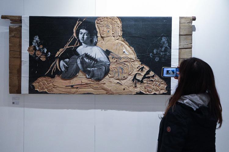 Почти сразу перед глазами возникает чутьли неглавный лот Cosmoscow-2021. Это работа китайского художникаЧжана Хуаня«Мой Зимний Дворец Н.14» галереи Pearl Lam Galleries.Еестоимость— 250тыс. евро. Ипродана она была впервые 5 минут соткрытия Cosmoscow