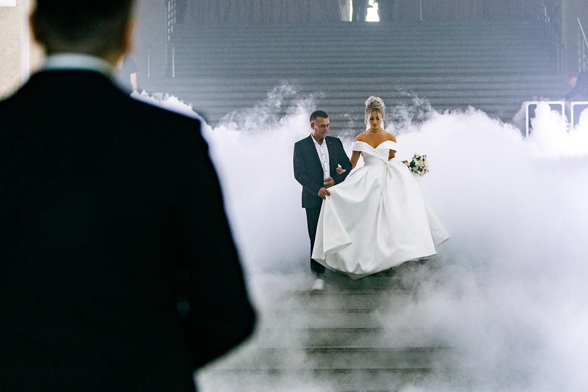 Далее прошла невеста, нонеодна, апод ручку сосвоим отцомИльдаром Фатхутдиновым