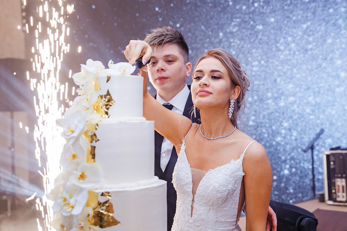 Дальше свадьба пошла потрадиционному сценарию— сразрезанием праздничного торта исловами благодарности отновоиспеченных супругов