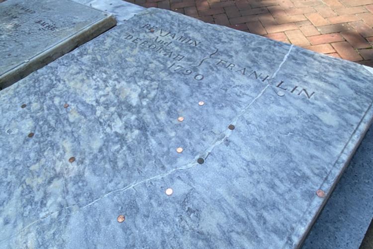 Надгробныйкамень над могилой Б. Франклина