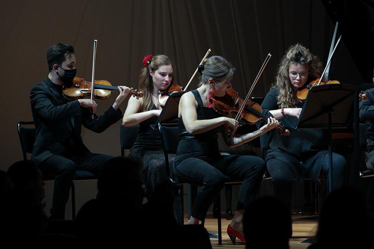 Концерт начался сисполнения Concerto grosso втрёх частях для скрипки, струнного оркестра иклавесина. Это сочинение— знаковое для Низамова, потому что через него онотдает дань уважения своим великим идавно ушедшим висторию учителям