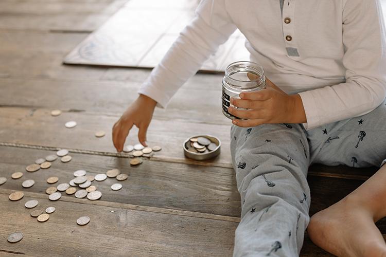 Родители могут сами многому научить ребенка. Например, в5-6 лет—различать номинал купюр, находить признаки настоящих. В7-9 лет ребенок способен сам решать, как тратить карманные деньги, сравнивать цены, экономить, знать правила финансовой безопасности