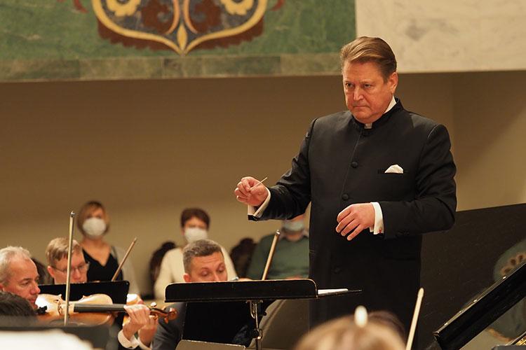 Сладковский до деталей выверил исполнение концерта, чтобы паузы и акценты работали с невероятной точностью