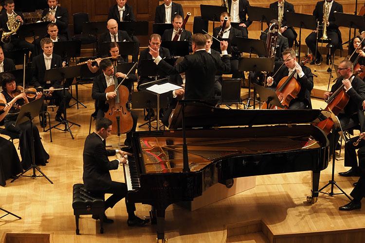 Для исполнения фортепианного концерта Сладковский пригласил Дмитрия Шишкина — одного из известнейших российских пианистов современности, лауреата престижных международных конкурсов в России и за рубежом