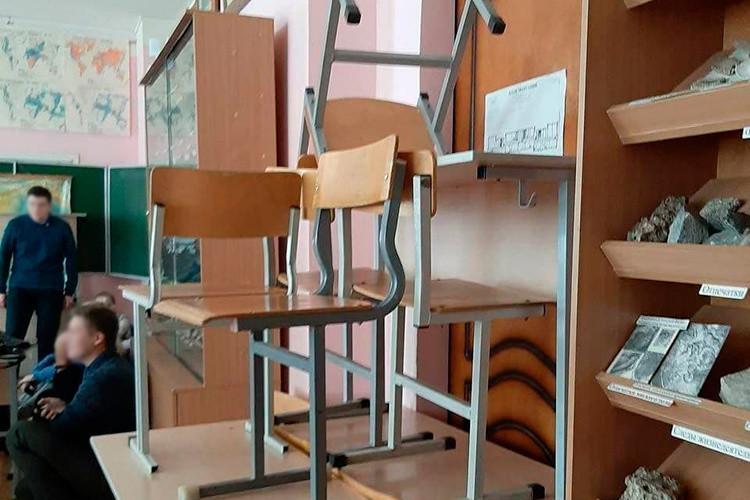 «Преподаватель сказал, что можно попытаться уйти»,— передает телеграм-канал Mash слова одной изстуденток. Поеесловам, изначально они забаррикадировали дверь стульями, потому что «изнутри она незакрывалась»