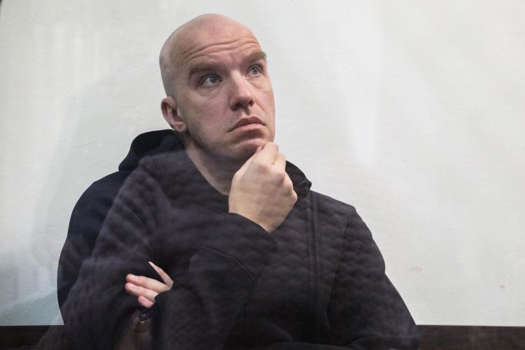 Взале Вахитовского суда Доронин появился вовсем черном. Выглядел онслегка уставшим, очем говорила иего поза вовремя заседания— онтоидело склонял голову наплечо, будто невсилах еедержать