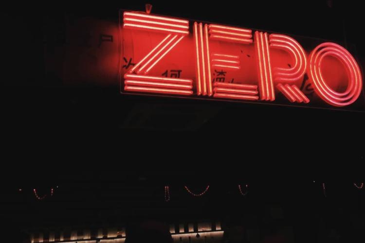 Zero — один из немногих клубов столицы Татарстана, которому официально разрешено работать круглосуточно. Так что попасть в него в пятницу и субботу — большая проблема, зал просто переполнен гостями, которым банально не куда больше идти