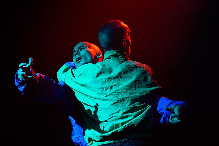 В версии лауреата «Золотой маски» Нурбека Батуллы действующих лиц в спектакле двое: он и еще один танцор-хореограф Марат Казиханов