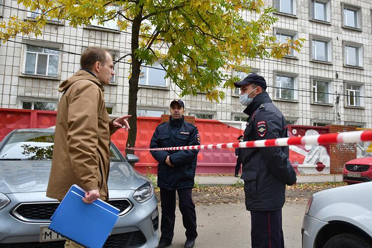 Рано утром 21-го сентябрявуз оцепили силовики, попериметру территории расставили полицейских вкасках ибронежилетах. Никого невпускалииневыпускали