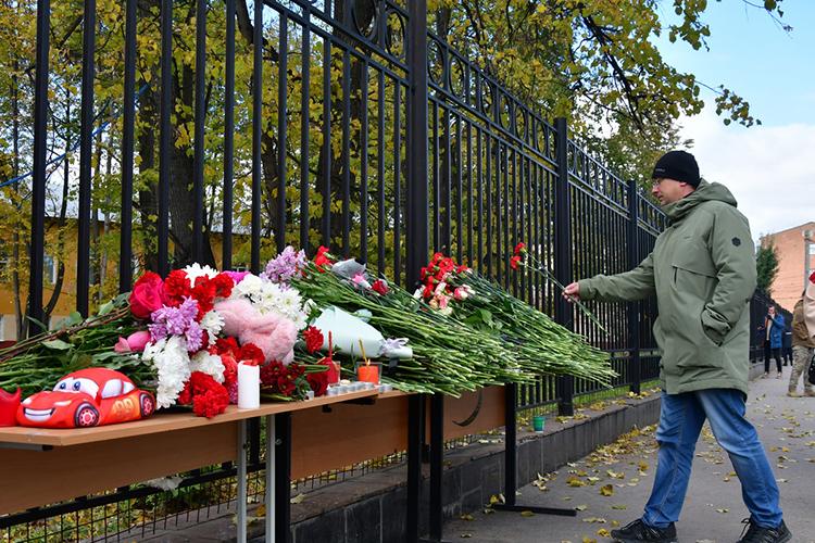 Рядом сместом студенческой трагедиисотрудники вуза организовали стихийный мемориал— красные гвоздики, игрушки, свечи,лампадки