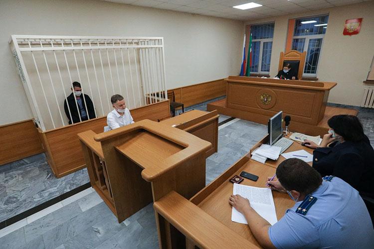 Судья Халиса Ахмадеева установила личность обвиняемого, которого в ходе процесса дважды, опережая события, по ошибке назвала подсудимым. Лоханов отвечал на все вопросы очень тихо, повернувшись лицом к судье и спиной к журналистам