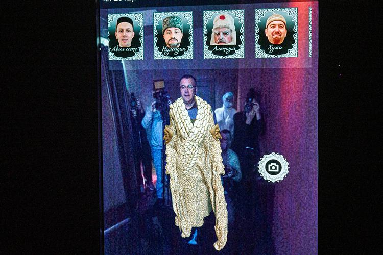 Взале «Закулисье» находится виртуальная гримерка, посетители которой, оказавшисьнапротив экрана, могут «надеть» насебя различные костюмы, которые используются вкачестве реквизита