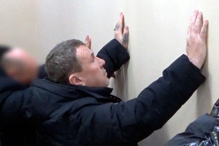 Задержали Нейдера после ряда оперативно-розыскных мероприятий ипосле «беседы» совсеми участниками сходок ввышеупомянутых конфликтах. «Беседа» под запись, пословам оперативника БОП, проводилась вотделе полиции