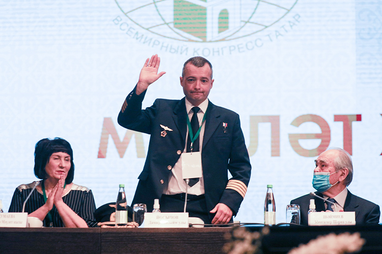 Среди делегатов«Милләт Җыены» («Национального Собрания»)выделялись летчик, Герой РоссииДамир Юсупов (в центре) и ...