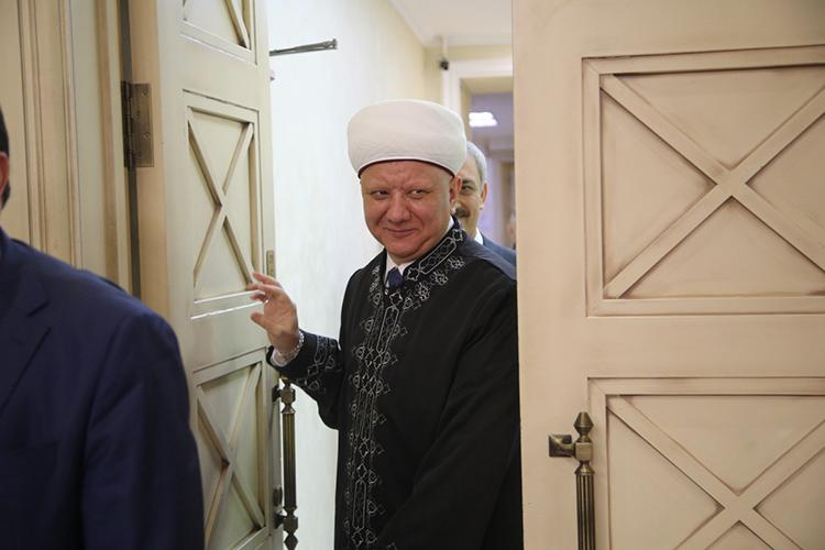 Об Альбире Крганове, действительно, давно говорят, как офаворите путинской администрации. Кроме того, известно, что после недавней размолвки Татарстана иДУМ РФвказанском Кремле всерьеззадумалисьосближении ипартнерстве сДСМР