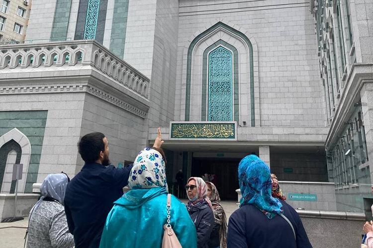 Соборная мечеть напроспекте Мира. Территория близ нее напоминает отдельный охраняемый город: парковка, торговая инфраструктура, повышенная охрана