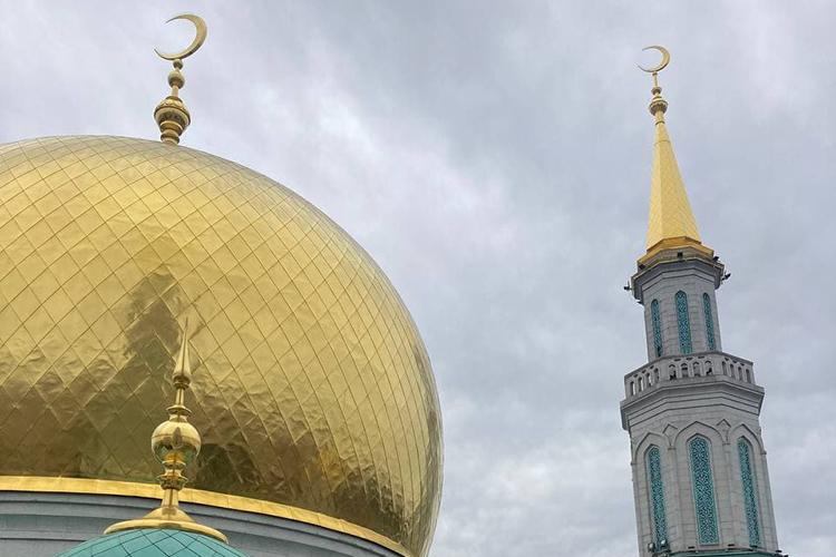 Это одна изкрупнейших мечетей вРоссии иЕвропе: высота двух главных ееминаретов составляет почти 80 метров. Аихформа символизирует многовековую дружбу русских статарами