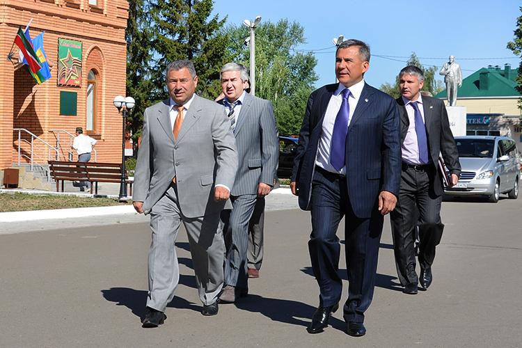 Рустам Калимуллин возглавляет Высокогорский район с 2010 года. РустамМинниханов, который в свое время тоже руководил этим районом, доверил район максимально надежному ипроверенному человеку (на фото: Калимуллин (слева) и Минниханов (справа) перед заседанием Совета Высокогорского района, на котором Калимуллин был назначен на должность, 2010 год)