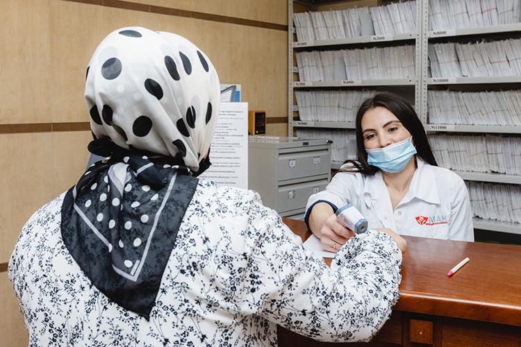 «Прием каждого пациента ведется вопределенное время, азаписаться можно потелефону. Это позволяет избежать ненужной толкотни вкоридорах клиники ипозволяет сэкономить время пациентов, которые всегда спешат поделам»