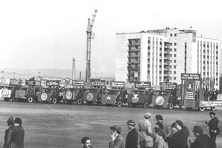 Как и40лет назад, поулицам нефтеграда прошла колонна автомобилей, вкоторых ехали представители всех НГДУ