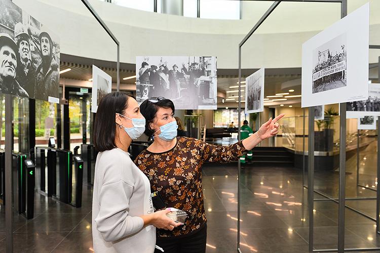 Настенде разместили снимки героев того времени: руководителей компании, организаторов производства, мастеров ипростых рабочих