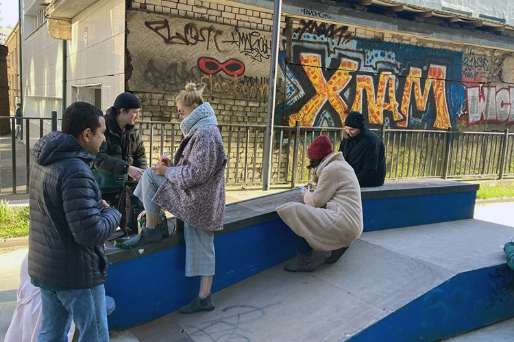 Никита, или GASP, как его знают вмире граффитчиков, непроводит нам музейную экскурсию. Онпросто будто встретил уметро «корешей» (друзей) ипошел сними тусить