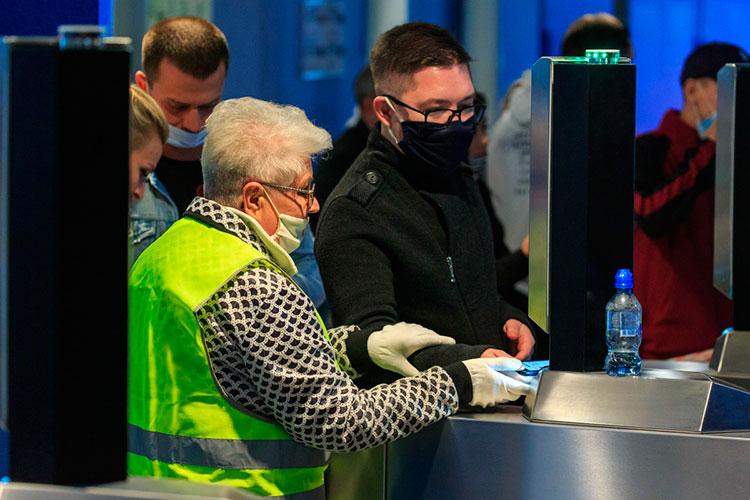 Первым изклубов нановые ограничения отреагировал «АкБарс». Уже всубботу насайте хоккеистов появилось предупреждение настранице, где можно приобрести билеты: навходе нужно показать нетолько билет, ноиQR-код вместе спаспортом или водительскими правами