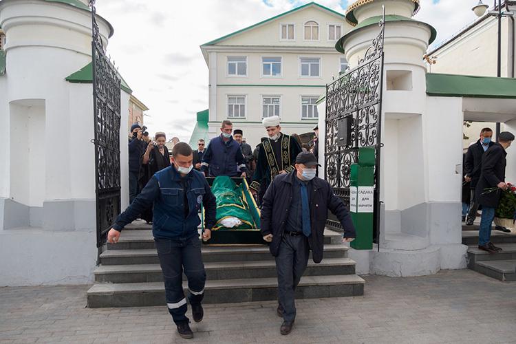 ВКазани простились сэкс-депутатом Госдумы иГоссовета РТ, известным активистом татарского национального движения иэкс-председателем ВТОЦФандасом Сафиуллиным