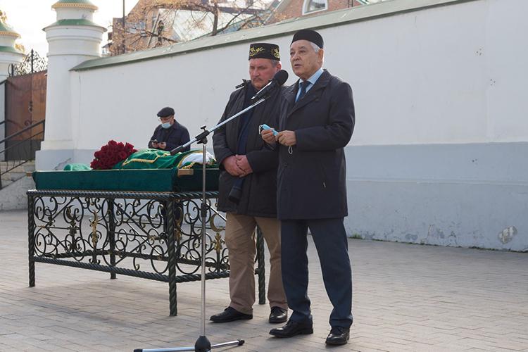 Фарид Мухаметшин (справа):«Фандас Сафиуллин привил намлюбовь ктатарскому языку, кродной речи.Онтвердо иумело отстаивал интересы своего народа иреспублики, глубоко аргументируя свои доводы»