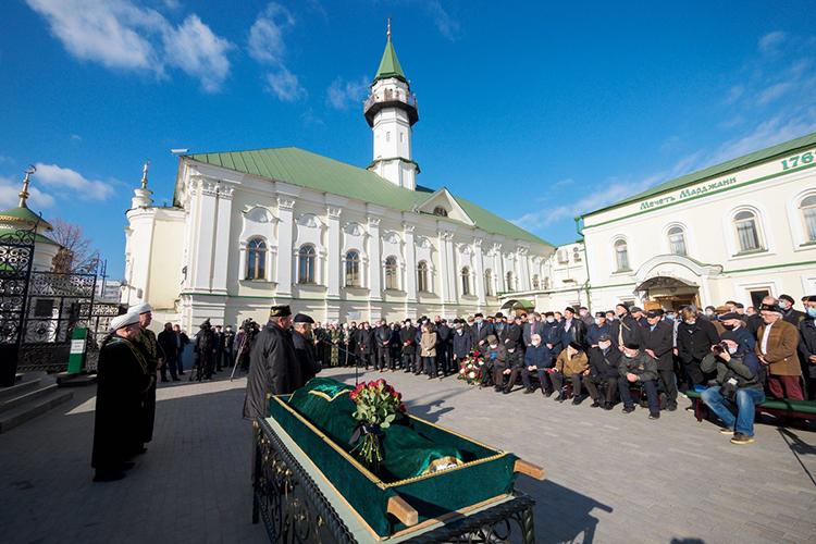 Гражданская панихида ипогребальная молитва джаназа-намаз поСафиуллину прошли вказанской мечети Аль-Марджани