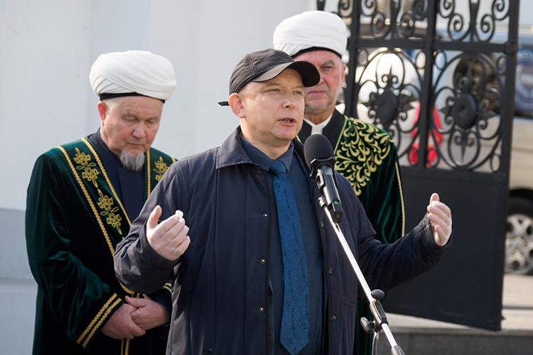 Рустем Сафиуллинсказал, что вомногом именно благодаря его отцу ТАССР стала называться Республикой Татарстан, укоторой есть Госсовет, Конституция, президент
