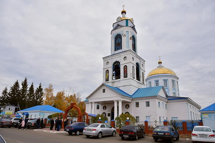 Сегодня вместном Никольском кафедральном соборе прощались сжертвами трагедии: пилотомАлександром ЗыковымипарашютисткойОльгой Минибаевой