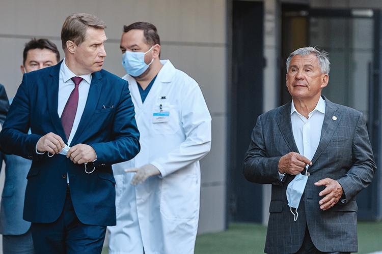 Михаил Мурашко (слева) поблагодарил Татарстан засерьезно выросшие темпы вакцинации: прирост только заминувшие сутки составил 15тыс. человек, но отметил, что республика находитсявтройке наиболее «тревожных» регионов в ситуации с коронавирусом