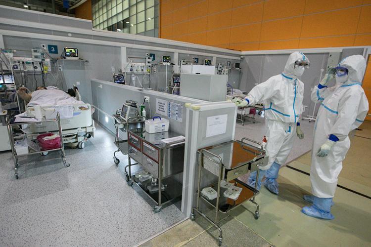«Больница <…> стремительно наполняется пациентами сCOVID-19, непростая ситуация вреанимационных отделениях— большое количество больных»,— написалглавный врач инфекционного госпиталя вКоммунаркеДенисПроценко втелеграм-канале